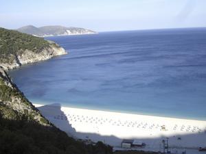 Den berömda stranden Myrthos på ön Kefalonia som snabbt har blivit en omtyckt charterdestination.