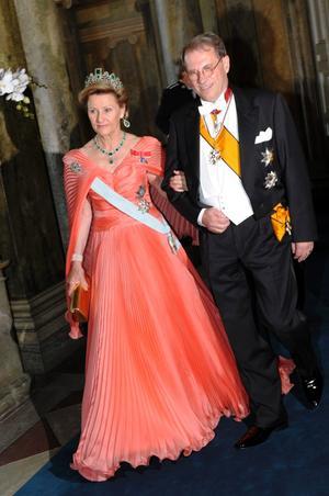 Drottning Sonja av Norge 2/5. Det är ett plus att återanvända klänningar, men den här har vi sett många gånger tidigare. Kanske kunde hon ha valt någonting nytt. Jag är kanske inte så förtjust i ärmarna, det är lite mycket fjäril över dem. Men Drottning Sonja har djärv smak och hon är väldigt kunglig i sitt smyckesval.