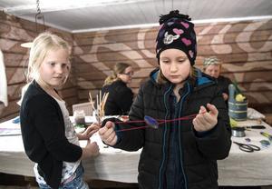 Hedda Frölander och Mathilda Högström pysslar på.