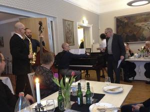 Kyrkoherde Bengt Wiklund bjöd tillsammans med trion Kristofer Sundman, flygel, Johan Timan, bas och Torbjörn Sjöström, saxofon, på sång- och musikunderhållning vid församlingsfesten i Forsa.