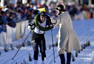 Britta Johansson Norgren får kransen av Linus Rapp.
