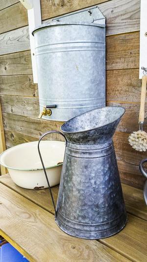 I huset finns inget rinnande vatten, men att tvätta händerna funkar utmärkt från behållaren med tapp, som rymmer tio liter.