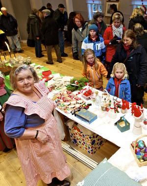 Anna-Britta Almén fick förmånen att få besök vid försäljningsbordet av barnbarnen Ingrid och Astrid Almén samt deras gammelmoster Ann-Cristin Nyberg.