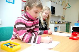 Sandra Svedberg, 6 år, och Evelina Solsten, 7 år, önskar sig örhängen respektive Hannah Montana-docka.