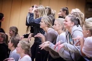 Filippa Målberg, i ljusbrunt, tycker gemenskapen är en viktig del av dansen.– Man lär känna mycket nya kompisar, säger hon.