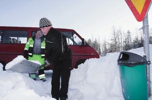 Bernt Olofsson, främst, och Kjell Persson, på tekniska avdelningen på Strömsunds kommun hade en ovanligt tuff runda för att tömma de 63 hundlatrinerna i Strömsund i går efter de senaste dagarnas snöande.