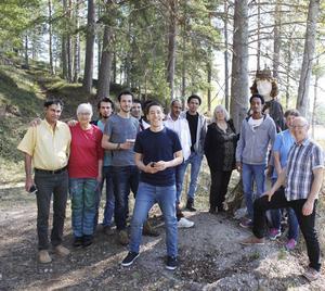Hasan Hifzy, i mitten, har tillsammans med nio andra boende på Alftakuren deltagit i årets Konst i byn i Svabensverk.