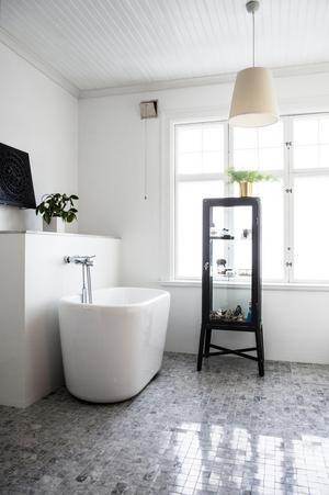 I badrummet finns både badkar och dusch.