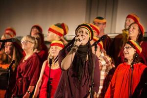 Camilla Enarsson och Caming Gospel i en låt med reggaetappning.