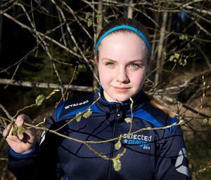 """Amanda Rönnqvist, 14 år, har redan känt av pollen i luften och brukar ta allergimedicin under våren. """"Jag får snuva, men det blir mer när blommorna slår ut"""", säger hon."""
