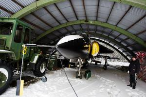 Viggen som framöver ska placeras vid E14 står än så länge i en hangar. Foto: Ulrika Andersson