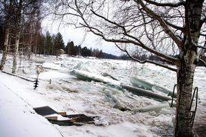 Plötslig islossning i Ljusnan när kraftstationen i Dönje släppte på vatten.