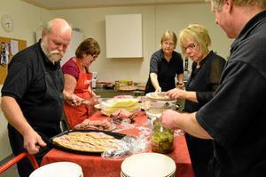Stök i kök. Den kalla jultallriken ska läggas upp. Från vänster Kjell och Mait Edlund, Birgitta Hultin, Lena Bodin samt Tommy Gustavsson.