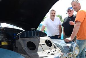 De njuter av motorljudet. Från en rak åtta. Leif Jensen, Kjell Persson och Kenneth Vikström.