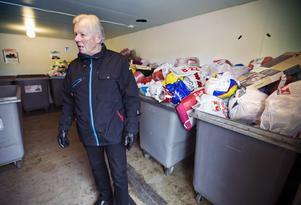 """Frustrerad. Bo Fredriksson på Råby väntar på sophämtningen som snart är en vecka försenad. """"Hur länge ska de hålla på och skylla på uppstartningsproblem?""""."""