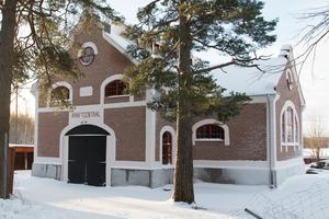 Kraftcentralen i Norberg har nyligen renoverats utvändigt och fått nya fönster.