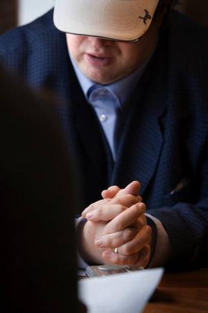 Knäppt. Swedenborg sitter hela intervjun med knäppta händer och rör knappt sitt kaffe. Fingrarna rör ibland vid guldringen på hans högra hand.