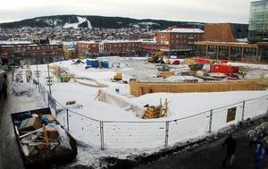 Kostnaderna för ombyggnaden av Stortorget i Östersund blir dyrare än beräknat. Det är den gyllene beläggningen med gul sten som drar i väg.
