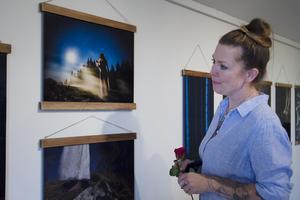 Jenny Andersson har fotat sin utställning under nattetid hemma i skogarna utanför Allingsås.