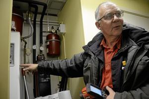 Ännu en eltjuv hittad. Peter Karlsson har upptäckt att elpatronen är påslagen, istället för värmepumpen. Totalt blev det en lista på 20-talet punkter att åtgärda.