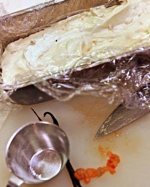 Bildtext 10: Frys in hjortonparfaiten i en rak sockerkaksform som kläs med plastfolie vilket underlättar när parfaiten ska tas ur formen.    Foto: Dan Strandqvist
