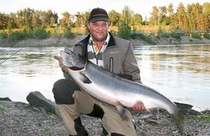 LEDER A-FISKET JUST NU. Peter Berggren, Skutskär känner sig mycket nöjd med den här fångsten på 18,7 kilo, en ökning av det personliga rekordet med över 6 kilo. Fångstdatum 21 juniFoto: Tony Berggren