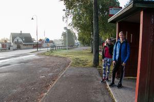 Anna Andersson och Edvin Jäderberg vid busskuren utanför Järbo-kiosken.