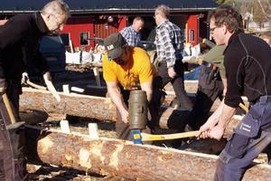 Med hjälp av klubba så bankas kilarna ner i det spår som timmermännen huggit ut med yxa.