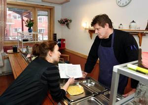 Kökschefen Haldo Aronsson fick svara på Tina Stafréns frågor angående maten på äldreboendet Blomstergården i Krokom. Foto: Jan Andersson
