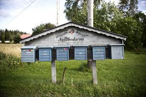 Här är det rätt! Det står Nyfäbodarna vid byns postlådor. Nu hoppas man att namnet ska dit även efter riksvägen.