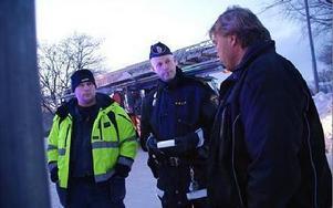 -- Bra jobbat, säger här polisinspektör John Säfvenberg, Ludvika, till de två män från Hofors, Johnny Ferlin till vänster och John Lindström, som fick ut åldringarna ur brinnande lägenheten på Ludvika Gård.FOTO BOO ERICSSON