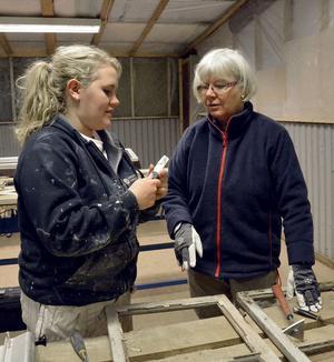 Natalie Gunnarsson förklarar för Karin Svensson från Säter hur en bra skrapa ser ut.