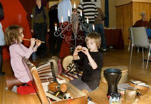 Barnperspektiv. De allra yngsta hade en självklar plats under arrangemanget. Vyr Poppius och Gabriel Norberg testar instrumenten.