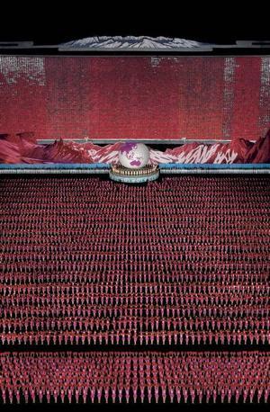 """""""Pyongyang IV"""".  En propagandamanifestation i Nordkorea. Foto: Andreas Gursky/BUS 2008"""