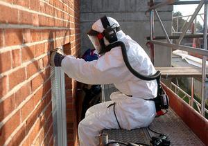 Vid sanering av miljögiftet PCB krävs rejäl skyddsutrustning.