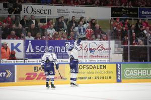 Mattias Ritola jublar i Smidjegrav Arena efter att skjutit Leksand till 1–1 i matcher mot Mora.