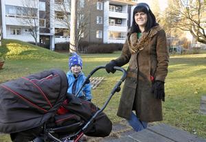 Cia Embretsen med sonen Valdemar hemma i lekparken på Hedslund. I vagnen minstingen Elver.