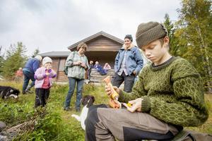 Björn Trewe firar framkomsten till Jansjöbodarna med en grillad korv. Fäbodvallen Jansjöbodarna är bara ett av många smultronställen som finns längs vandringslederna i Fjällsjö.