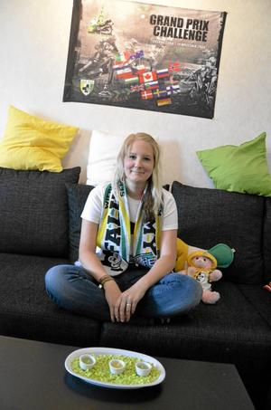 Marina Karlsson i Kumla åker till Polen flera gånger om året för att se på favoritlaget Falubaz. Speedway-lagets färger grönt, vitt och gult går igen på många ställen i inredningen i hennes lägenhet.