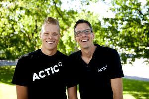 Träningskompisar. Rasmus Enlund och Fredrik Haglund träffades på den lokala Triathlon-klubben. De har tränat inför tävlingen i ett år.FOTO: PER NORÉN