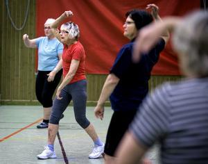 bara kvinnor. Kerstin Yngvesson, Inger Ekdahl och Maria Andersson är tre av kvinnorna i gymnastiksalen när NA hälsar på. Några män deltar emellertid inte.