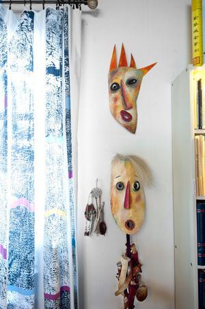 Masker som kompisen Agneta Andersson gjort. Björn tycker inte att han ser elak ut, möjligen eldig. Den snällare föreställer Kajsa.