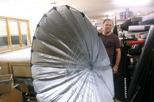 Ruben Einarsson med ett fotoparaply som är en av många specialprodukter som tillverkas i paraplyfabriken i Malung.