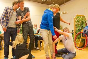 Eleverna på skidlinjen i Sveg bekantar sig med eleverna som ska börja på linjen i höst. Kontaktövningar av olika slag var en av kvällsaktiviteterna.