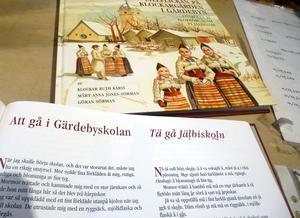 Boken är skriven på rättviksmål och översatt till svenska.
