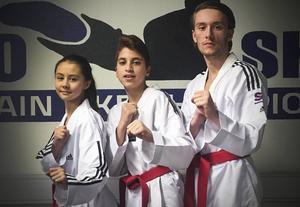 Alicia Pålhammar, Ahmad Al Damanhouri och Max Blom tävlar för Gävleklubben Soo Shim Taekwondo. På torsdagen tog Alicia Pålhammar första guldet. Det inspirerar även föräldrarna till att göra annat än att stå bredvid.