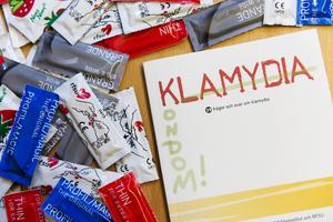 Klamydiainfektion orsakas av en bakterie, Chlamydia trachomatis. Bakterien finns i urinröret och hos kvinnor även i slidan/livmoderhalsen. Ibland finns den även i ändtarm och svalg. Bakterien smittar vid samlag och andra oskyddade sexuella kontakter.