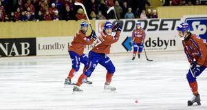 I mitten av första halvlek inträffade en otäck olycka då Fredrik Åström fick bäras ut på bår med en kraftig hjärnskakning sedan han liggande på isen kolliderat med två Vetlandaspelare.