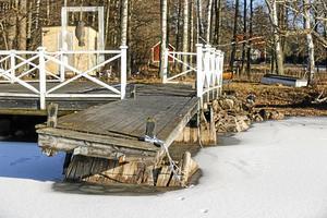 Det var här vid bryggan intill sommarstugan i Granliden utanför Arboga som den 42-åriga kvinnans make hittades drunknad i Hjälmaren sommaren 2015.