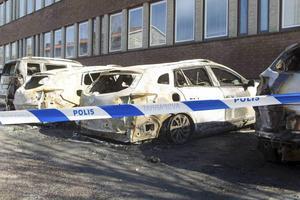 Bilar som stod parkerade utanför kommunhuset sattes i brand.
